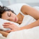 Kyljellään nukkuvan kannattaa valita korkeahko ja kiinteä tyyny, joka tukee hyvin niskaa.