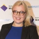 Lotta Jurica näytteli vuosina 1994–1995 ilmestyneessä Blondi tuli taloon -sarjassa Missu Hurmalaa.  Hän on halunnut pitää menneisyytensä näyttelijänä visusti omana tietonaan.