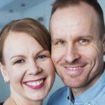 Kristiina ja Mikko ovat kiireiset kahden lapsen vanhemmat. Vuoropäiväkoti ja sukulaiset pelastavat perheen arjen.