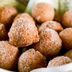 Pyörittele vastapaistetut pikkumunkit sokerissa ja tarjoile!