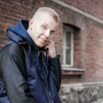 Elastinen julkaisi huhtikuussa uuden singlen Supervoimii.  – Paiskin töitä koko kesän, sillä Suomen kiertäminen keikkaillen on ihanaa.