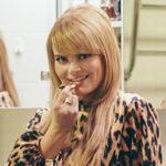Mitä laulaja Erika Vikmanin peilikaapissa mahtaa olla?