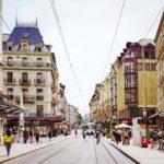 Rue du Marché on yksi keskustan vilkkaimmista ostoskaduista. Raitiovaunuilla ja busseilla liikut helposti paikasta toiseen.
