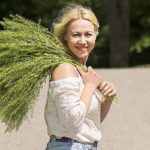 Heinämäiset kasvit ovat tänä vuona kesäkukista muodikkaimpia, tietää floristimestari ja yrittäjä Saija Sitolahti.