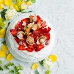Supernopea mansikkapavlova syntyy, kun kaupan valmiiden marenkilevyjen väliin ja päälle lusikoidaan lemon curdilla maustettua tuorejuustotäytettä. Kakku valmistuu kahvipöytään 10 minuutissa.
