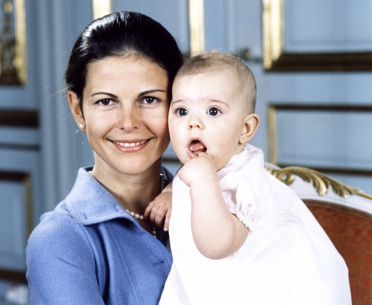 Kuningatar Silvia ja kruununprinsessa Victoria vauvana.
