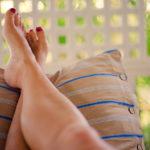 Jalkojen turvotusta voi helpottaa nostamalla jalat välillä ylös.