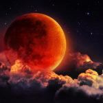 Täydellisessä kuunpimennyksessä kuu värjäytyy ruosteenpunaiseksi.