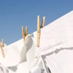 Etikka kirkastaa pyykin, poistaa kellastumia ja neutralisoi hajuja.