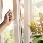 Helppo tapa aloittaa säästäminen on tarkistaa ja korjata repsottavat ikkunatiivisteet.