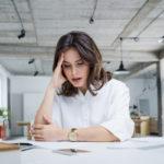 Toistuvat päänsäryt ovat yksi burnoutin varoitusmerkeistä.