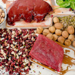 Rautaa on muun muassa lihassa, täysjyväviljassa ja pähkinöissä.