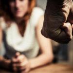 Muun muassa häpeä, syyllisyys ja murentunut itsetunto voivat saada ihmisen jäämään väkivaltaiseen parisuhteeseen.