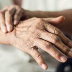 Parkinsonin tautia sairastavilla esiintyy tyypillisesti käden vapinaa lepoasennossa, kuten käden levätessä sylissä tai roikkuessa vartalon vieressä.