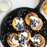 Kaurajauhoista ja piimästä valmistetuista amerikkalaisista pannukakuista tulee maukkaita ja pinnalta mahtavan rapeita, kun paistat ne valurautaisella lettupannulla etkä säästele voissa.