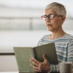 Silmänpohjan ikärappeuma voi vaikeuttaa lukemista. Se voi saada osan kirjaimista katoamaan.