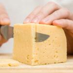 Jos juusto uhkaa mennä vanhaksi, se kannattaa pakastaa.