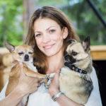 Jenni Banarjee asuu Punavuoressa Dexter ja Loxley -koiriensa kanssa.