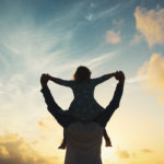 Empaattinen, luotettava ja ymmärtäväinen isä rohkaisee ja kannustaa lastaan.