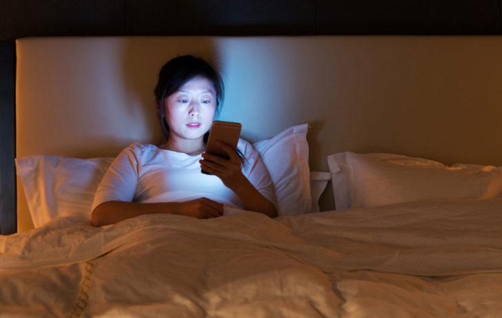 Älä käytä puhelinta iltaisin sängyssä.