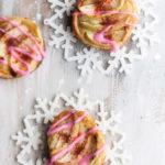 Pikkujoulujen jälkiruoat näyttävät ja maistuvat joululta.