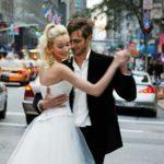 Juhlamuotia esitelleet mallit tanssahtelivat vuonna 2004 julkaistussa jutussa New Yorkissa.
