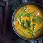 Thaikeiton sattumina on sokeriherneenpalkoja ja maapähkinöitä. Lisukkeena tarjottava mangosalsa antaa keitolle väriä ja raikkautta.