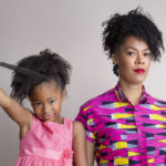 – Se, että pidän hiuksiani isosti afrona, on jo tietynlainen kapina yhteiskunnallisia kauneusihanteita vastaan. Silti mietin pitkään, voinko mennä afrossa johonkin tilaisuuteen, esimerkiksi työhaastatteluun, sanoo Michaela Moua.