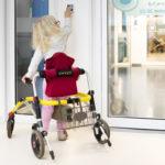 Tältä näyttää tavallinen päivä Uudessa lastensairaalassa. Valma Hersti kulkee tottuneesti sairaalassa.