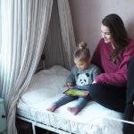 Kolmevuotias Elli katselee tabletilta sarjoja ja pelaa erilaisia pelejä.