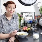 Jenni Kokander on perinyt innostuksen ruoanlaittoon isältään. Jennin keittiössä on 173 ruokakirjaa.