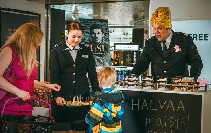 Hannu-Pekka Björkman nähdään M/S Romantic -sarjassa työnsä tosissaan ottavana risteilyisäntä Jokkena.