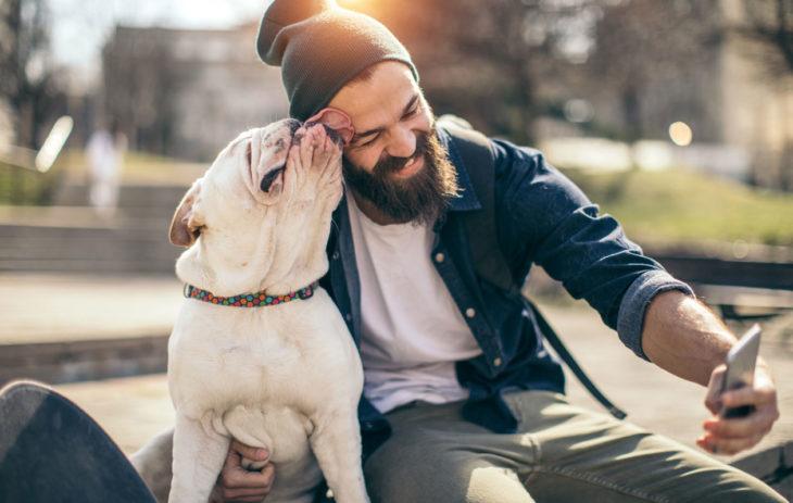 Koira osoittaa rakkauttaan nuolemalla omistajaansa.