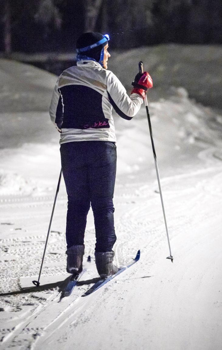 Ivalon ympärivuorokautisessa lääkäripäivystyksessä työskentelevä Outi Liisanantti kipaisee hiihtolenkille seitsemältä.