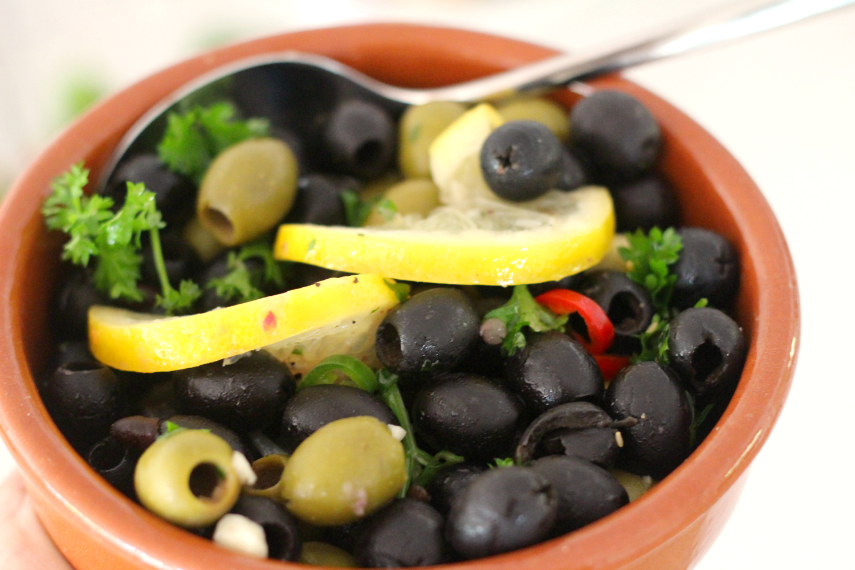 Marinoidut oliivit tapas-naposteluun tai grilliruokaan