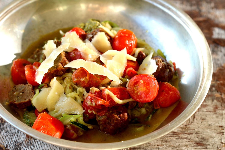 Pesto-kesäkurpitsapasta tomaateilla ja Härkiksellä